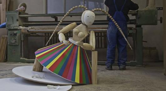 """Alicja Łukasiak """"Protektorka nasion"""", drewno, porcelana, 2015 (źródło: materiały prasowe organizatora)"""
