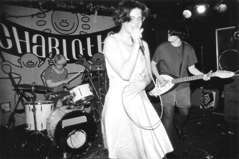 The punkriot grrrl band Bratmobile at The Charlotte in Leicester, England in 1994. Żródło Wikimedia commons, na licencji CC BY 2.0. (źródło: materiały prasowe organizatora)
