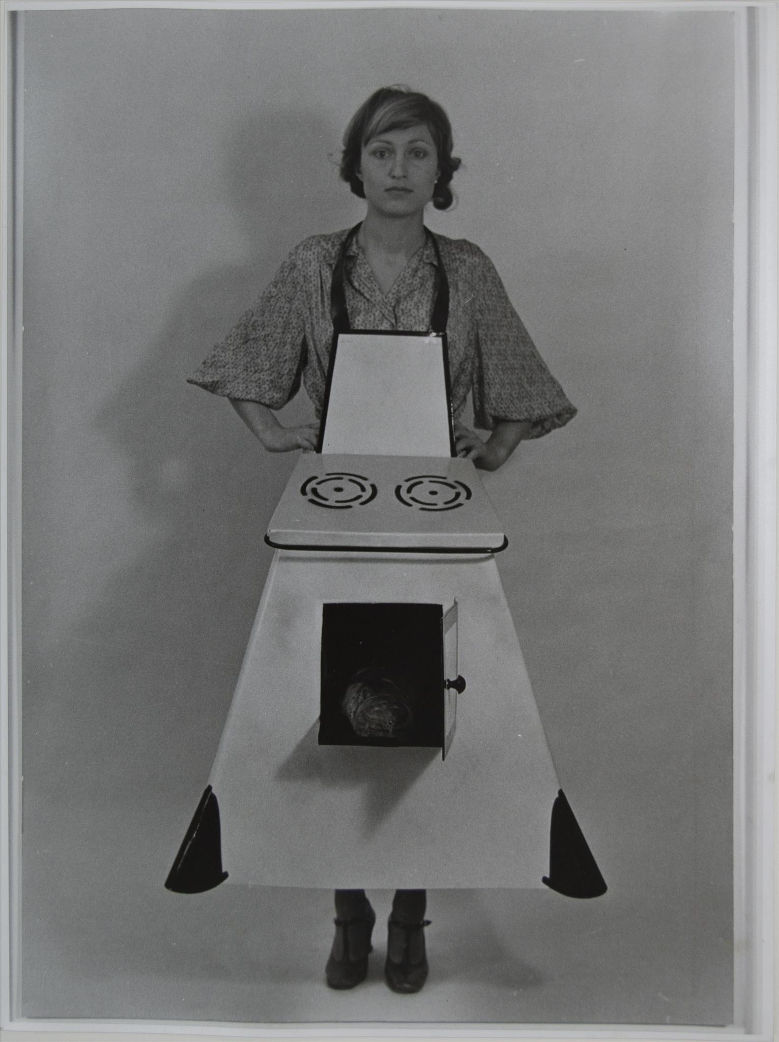 Birgit Jurgenssen - Fartuch kuchenny gospodyni domowej. Praca z kolekcji Muzeum Sztuki w Łodzi (Źródło: materiały prasowe organizatora)