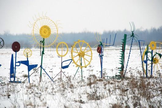 Daniel Rycharski, Ogród zimowy, rzeźba, 2013. Zdjęcie wykonane we wsi Kurówko, fot. Daniel Chrobak (źródło: materiały prasowe organizatora)