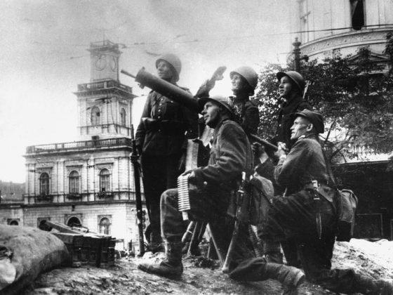 Stanowisko obrony przeciwlotniczej w czasie oblężenia Warszawy (źródło Wikipedia)