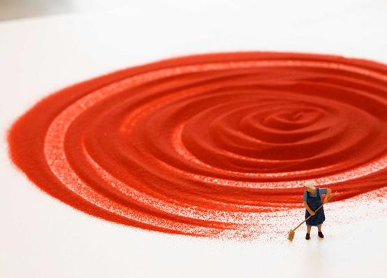 Liliana Porter, Czerwony piasek, 2018, dzięki uprzejmości artystki (źródło: materiały organizatora)