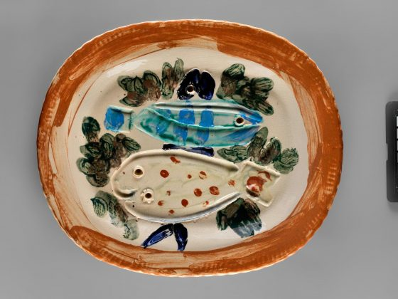 Pablo Picasso: Trzy ryby / Three Fish, 1948, półmisek fajansowy ryty i malowany podszkliwnie / faience platter, engraved and painted under glaze © Succession Picasso (źródło: materiały prasowe)