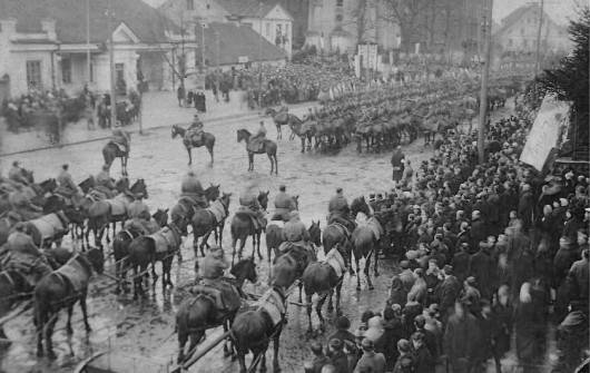 Msza polowa na Rynku Kościuszki z okazji wejścia wojsk polskich do Białegostoku, 22lutego 1919 roku. Fotografia w zbiorach MWB (źródło: materiały prasowe)