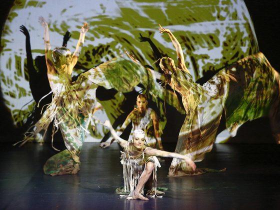 """27.10.2013, Teatr Ludowy. Spektakl """"Preludium Słowiańskie"""". Wykonawcy: Art Color Ballet, Wataha The Slavic Drummers, Grupa wokalna STROJONE. Fot. Andrzej Janikowski/APJ Photographic (źródło: materiały prasowe)"""