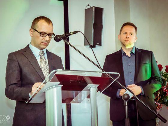 30 marca 2019 roku, Marcin Zarzecki wręcza odznaczenia członkom FILMFORUM, fot. M. Romanowska (źródło: materiały prasowe)