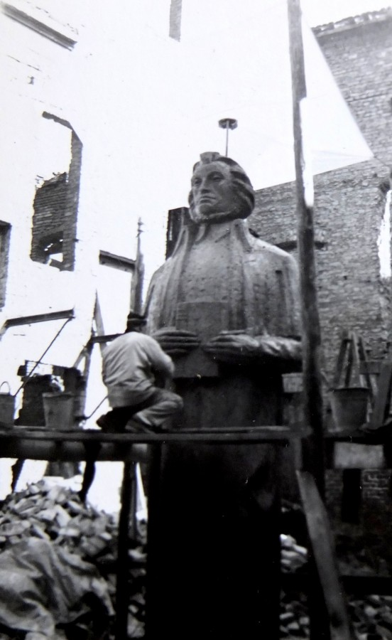 Sławomir Lewiński przy modelu pomnika Adama Mickiewicza dla Szczecina, 1959, archiwum rodzinne (źródło: materiały prasowe)