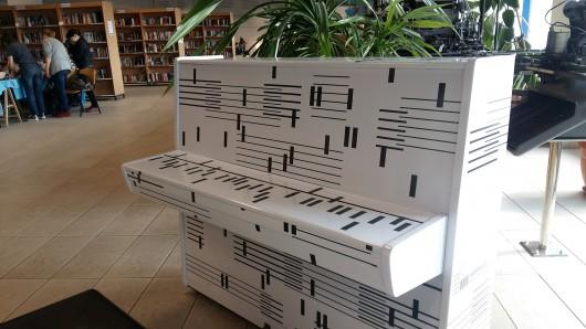 Białe pianino w Bibliotece Śląskiej