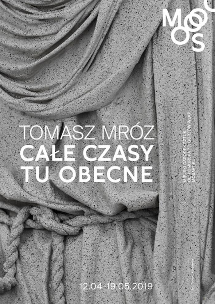 Plakat wystawy Tomasz Mróz – Całe czasy tu obecne, fot. Tomasz Koszewnik (źródło: materiały prasowe)