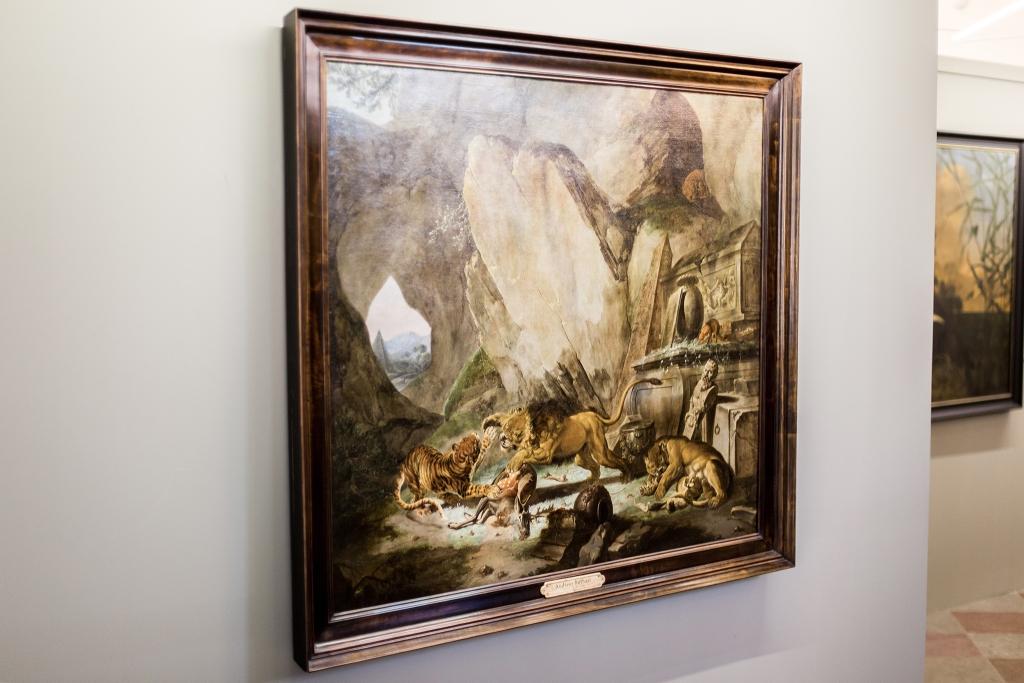 Carl Borromäus Ruthart (1630–1703), Lew i tygrys walczący o upadłego jelenia przed klasycznym sarkofagiem w jaskini na tle krajobrazu z piramidą (źródło: materiały prasowe)