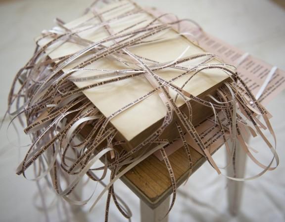 """Jadwiga Sawicka, """"Stracone złudzenia"""", cytaty z Guy Debord """"Dzieła filmowe"""" na  """"Straconych złudzeniach"""" Honoriusza Balzaka, 2009, dzięki uprzejmości artystki"""