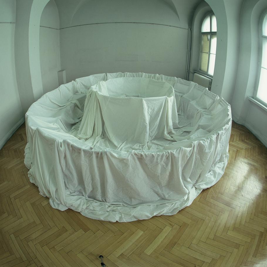 Natalia LL, Krąg tajemny, instalacja w Muzeum Narodowym Wrocławiu 1992