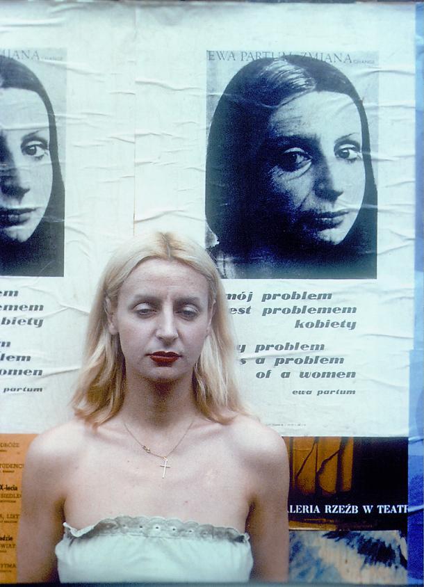 Ewa Partum na tle plakatów Mój problem jest problemem kobiety, Warszawa 1978
