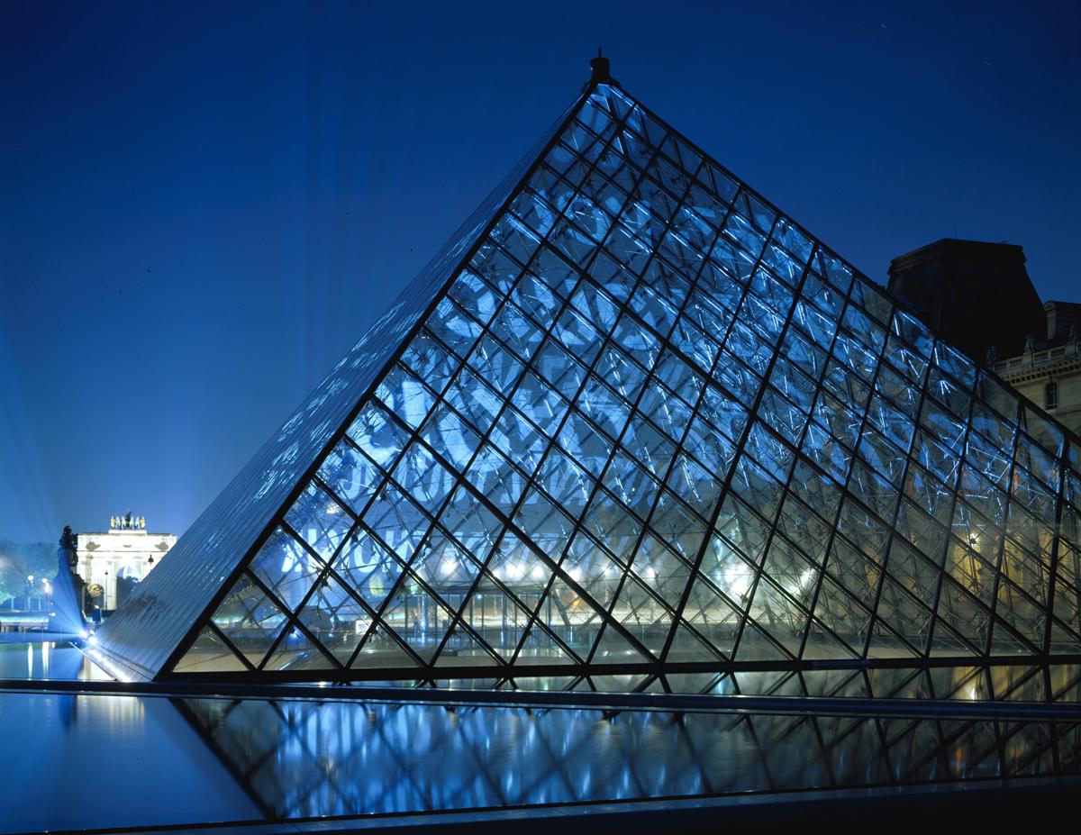 Jenny Holzer Xenon for Paris 2001, projekcja świetlna, Louvre Pyramid, Pari; Tekst projekcji: Truisms, 1977–7; fot. Attilio Maranzano