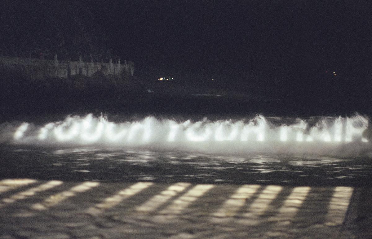 Jenny Holzer Xenon for Rio de Janeiro 1999, projekcja świetlna, Leme Beach, Rio de Janeiro; Tekst projekcji: Arno, 1996; fot. Beto Felício