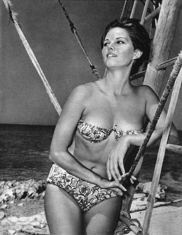 Gwiazda filmowa Claudia Cardinale w stroju bikini, lata 50.-60. XX w. (za: A. Kaltbaum, Młode gwiazdy filmowe, Warszawa 1962)