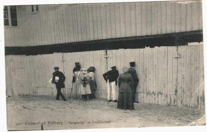 """Podglądacze """"plaży rodzinnej"""", Kołobrzeg, pocz. XX w. (ze zbiorów Muzeum Oręża Polskiego w Kołobrzegu)"""