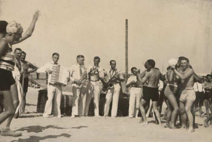 Potańcówka na plaży, Gdynia, 1929, fot. L. Makowski (?) (ze zbiorów Muzeum Miasta Gdyni)