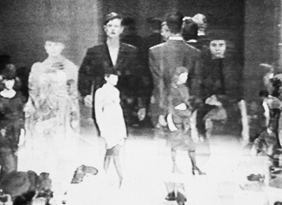 Silvia Kolbowski, Like the difference between Autumn/Winter '94/'95 and Spring/Summer '95/ Jak różnica pomiędzy jesienią/zimą '94/'95 i wiosną/latem '95, 1995, wideo/DVD, dźwięk, pętla, 32 min, dzięki uprzejmości artystki