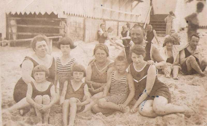 Torunianie na plaży w Sopocie, ok. 1920 (ze zbiorów E. Wykrzykowskiej)