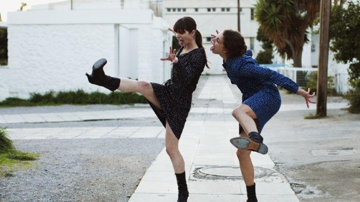 """Reż. Athina Rachel Tsangari """"Attenberg"""", 2011 - kadr z filmu, materiał udostępniony przez organizatora"""