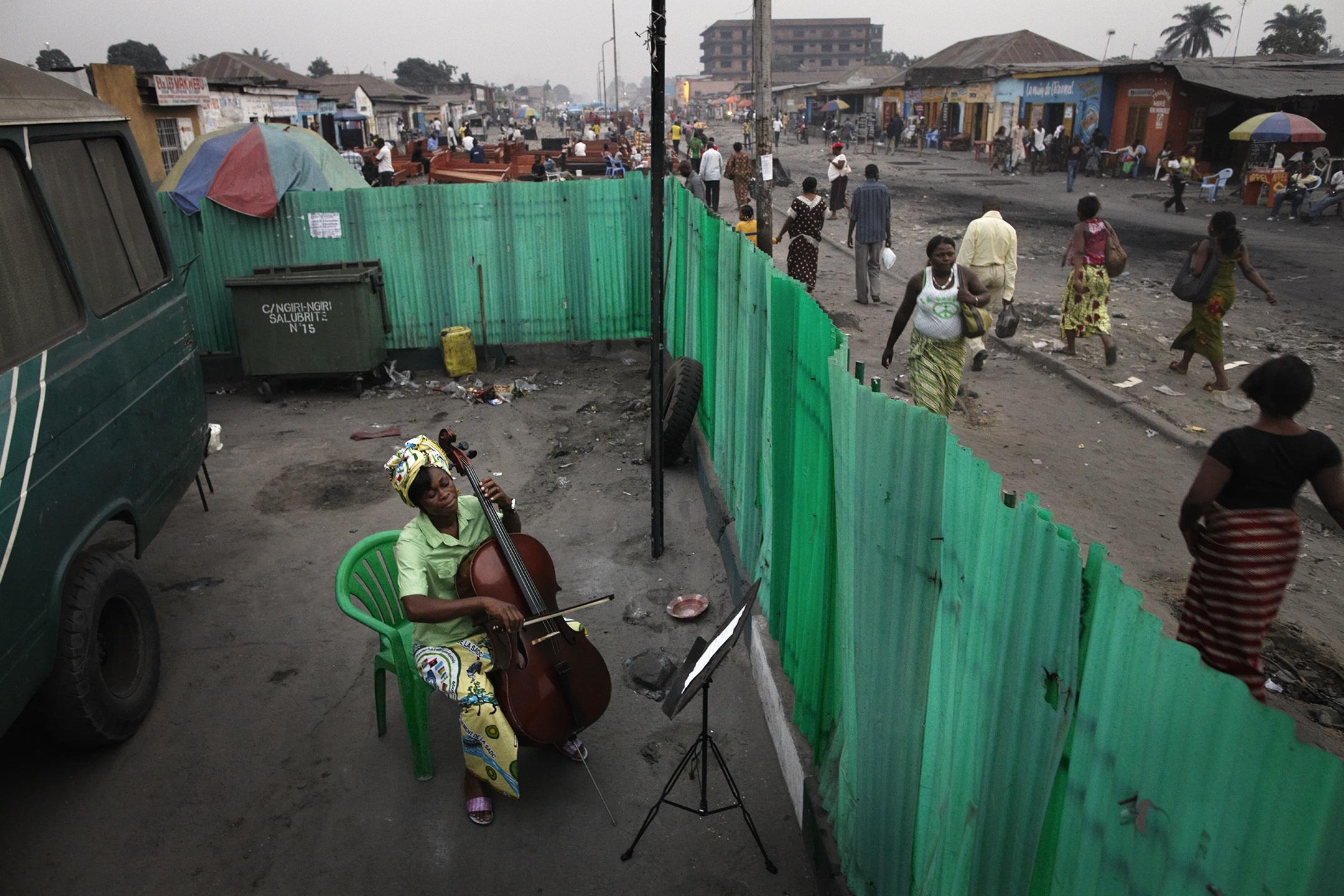 1. nagroda w kategorii Sztuki i Rozrywka - zdjęcie pojedyncze: Andrew McConnell, Ireland, Panos Pictures: Der Spiegel, Joséphine Nsimba Mpongo grająca na wiolonczeli, Kinshasa, DR Congo