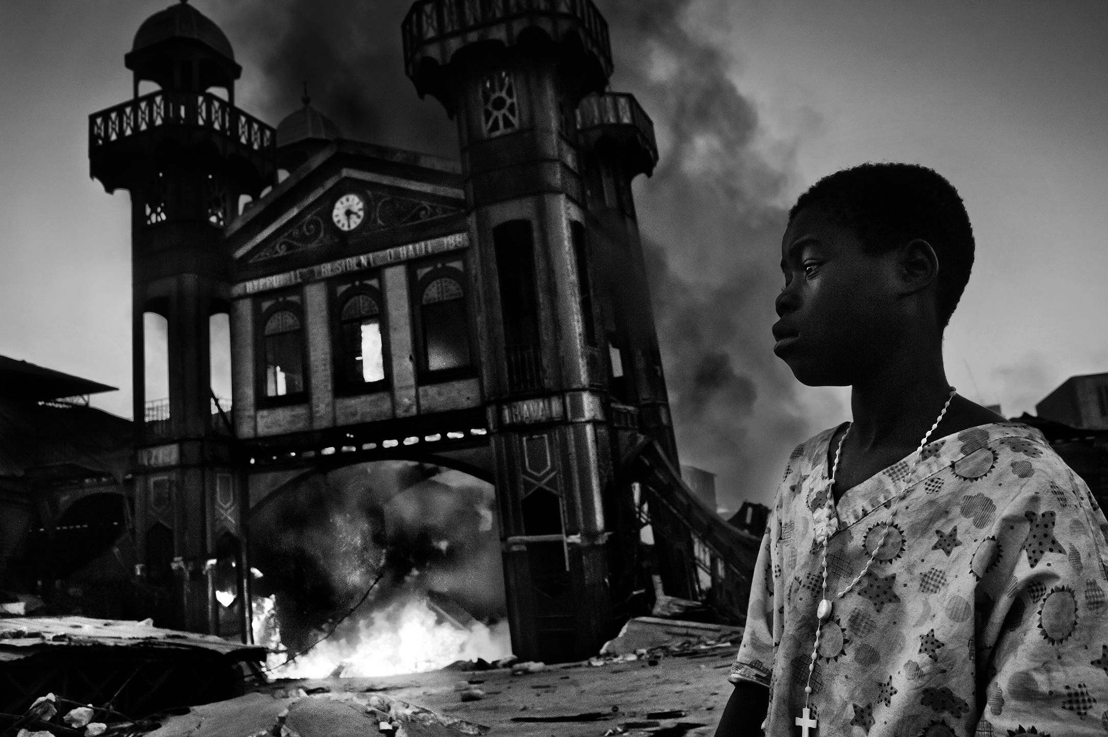 1. nagroda w kategorii Wydarzenia - reportaż: Riccardo Venturi, Włochy, Contrasto, Stary Bazar Żelazny płonie, Port-au-Prince, Haiti, 18 stycznia