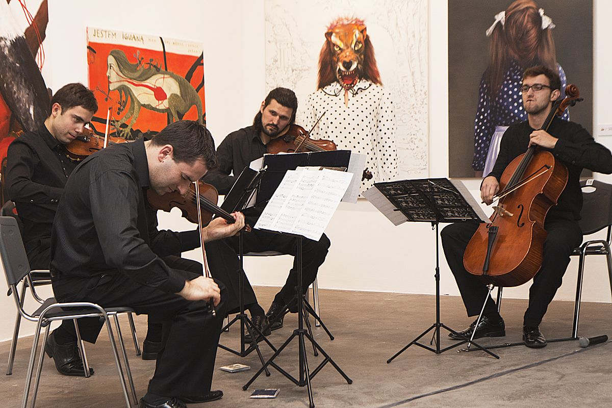 """Koncert jazzowego kwartetu smyczkowego """"Atom String Quartet"""" podczas wernisażu wystawy 40. Biennale Malarstwa """"Bielska Jesień 2011"""", Galeria Bielska BWA, Bielsko-Biała, 4.11.2011, fot. Krzysztof Morcinek"""