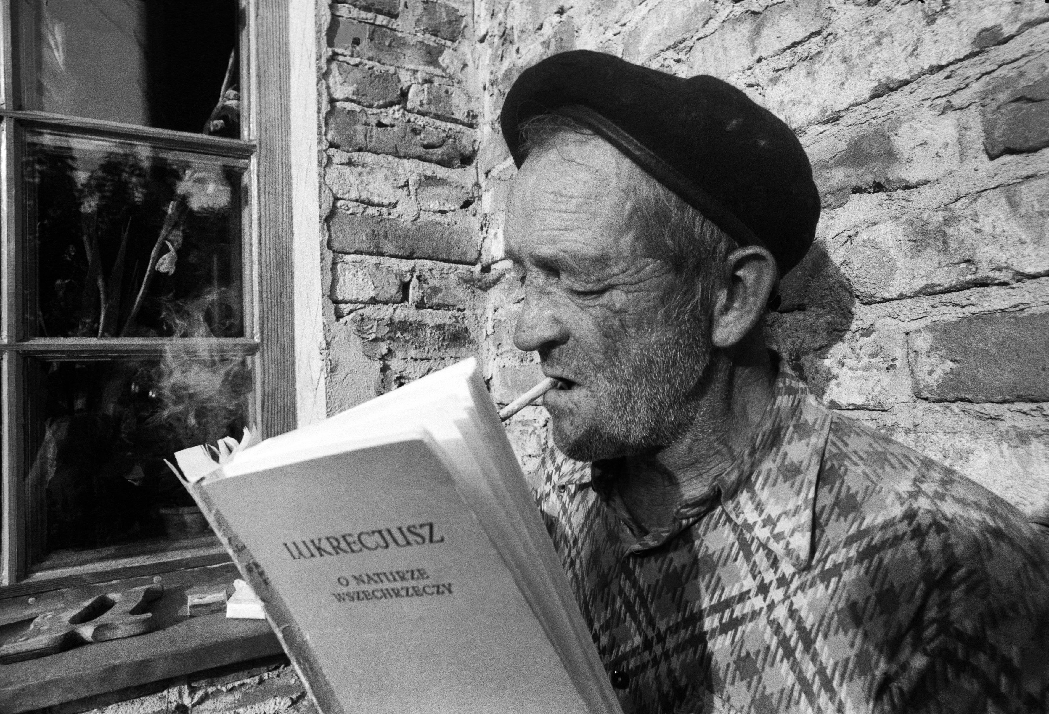 Warszawa, 07.1977. Zdun czyta Lukrecjusza. Fot. Aleksander Jałosiński/FORUM