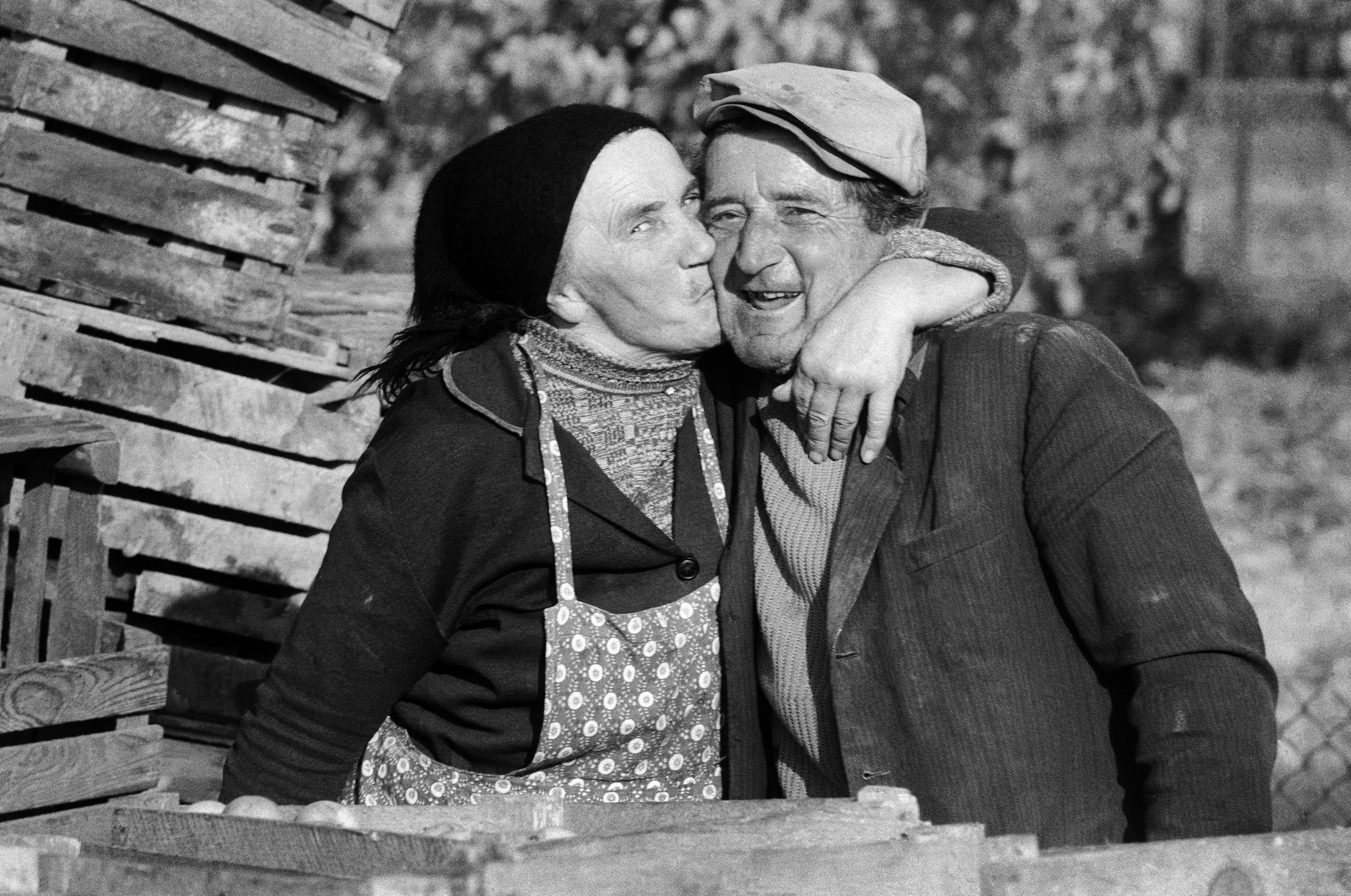Konary (grójeckie), 10.1976. Pocałunek w punkcie skupu owoców. Fot. Aleksander Jałosiński/FORUM