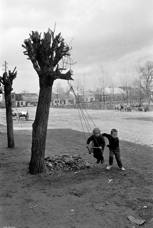 Raków, woj. kieleckie, 07.1966. Dzieci na huśtawce w rynku. Fot. Aleksander Jałosinski/FORUM