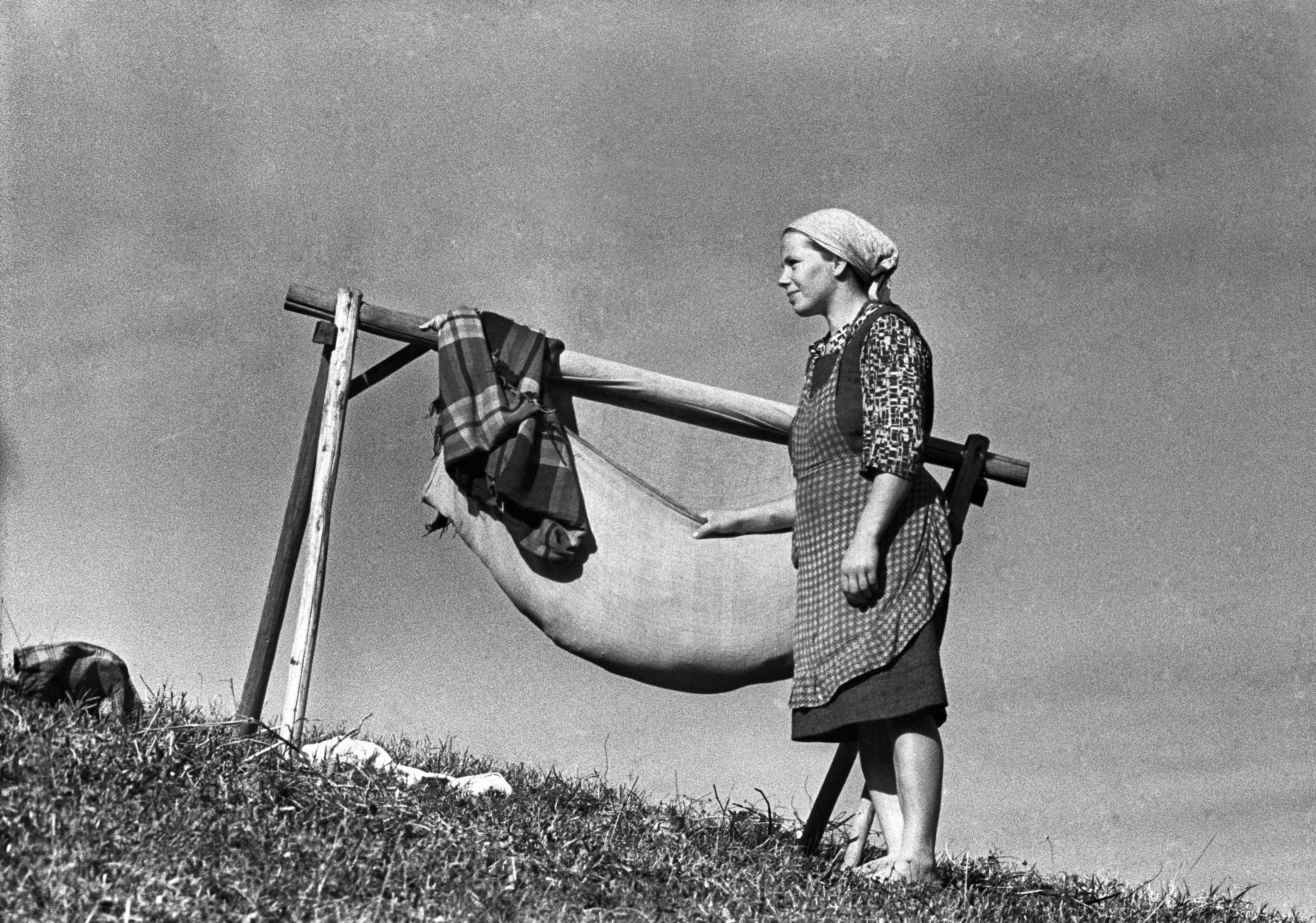 Dolina Słońca, Beskid Sądecki, 10.1969. Kobieta z dzieckiem w kołysce. Fot. Aleksander Jałosiński/FORUM
