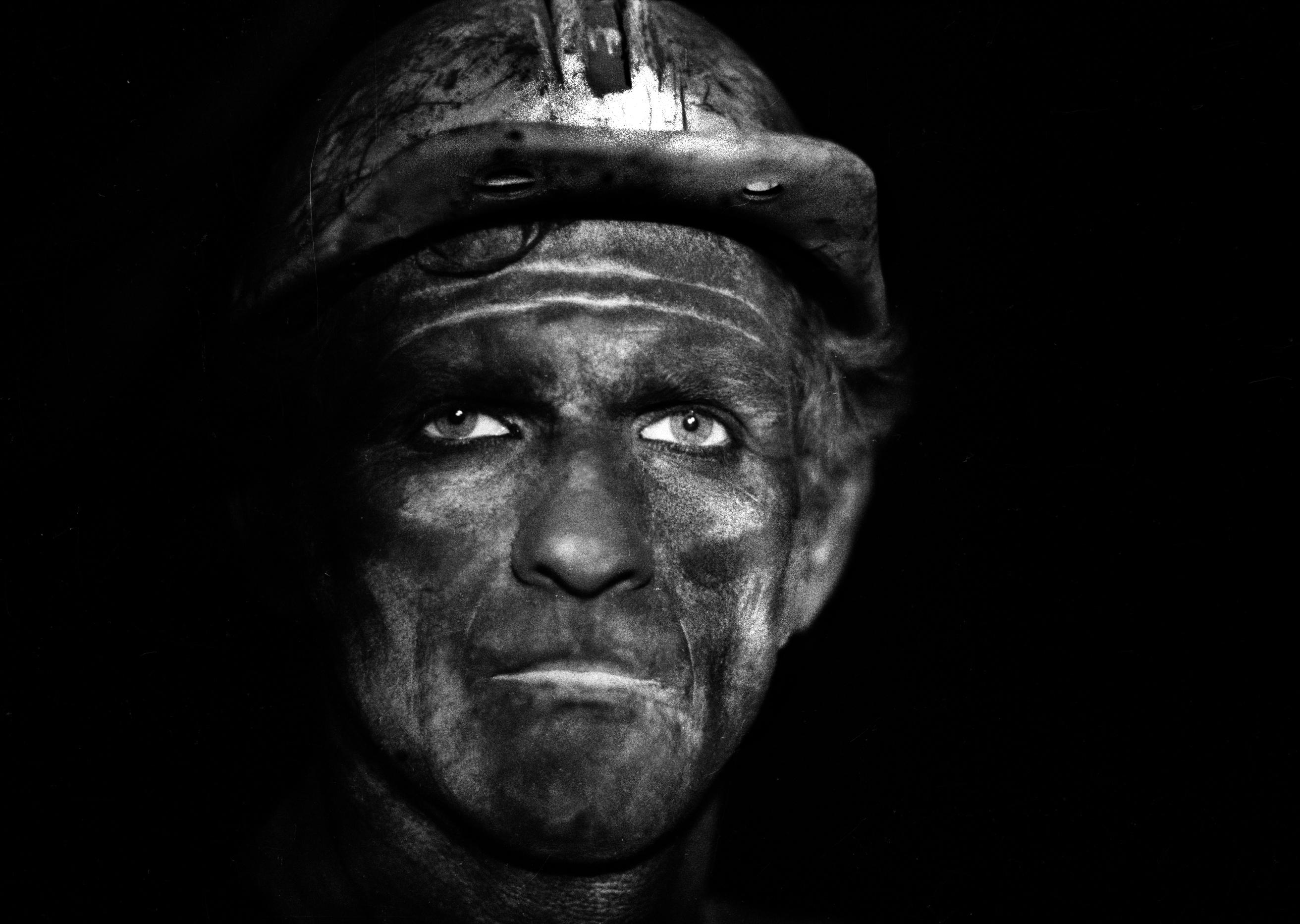 Ruda Śląska, 03.1979. Kopalnia węgla kamiennego Pokój, portret górnika. Fot. Aleksander Jałosiński/FORUM
