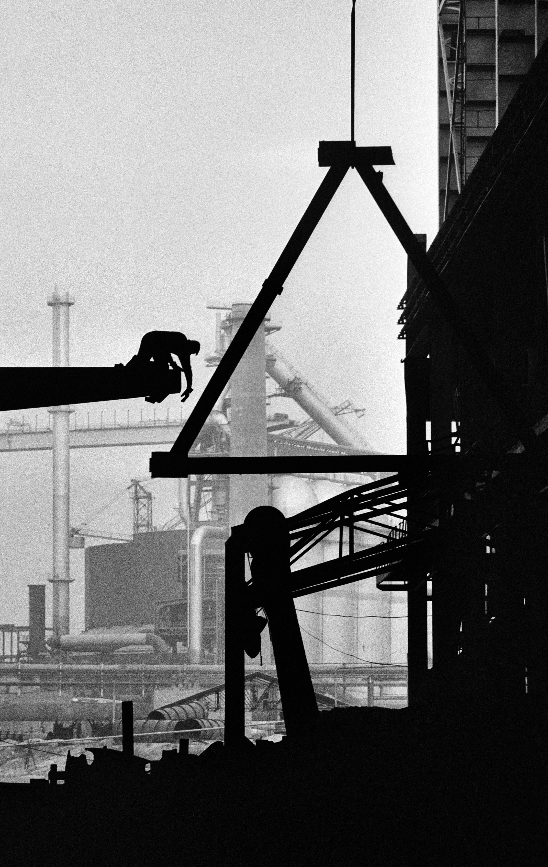 Dąbrowa Górnicza, 09.1976. Budowa Huty Katowice, montaż konstrukcji stalowej. Fot. Aleksander Jałosiński/FORUM