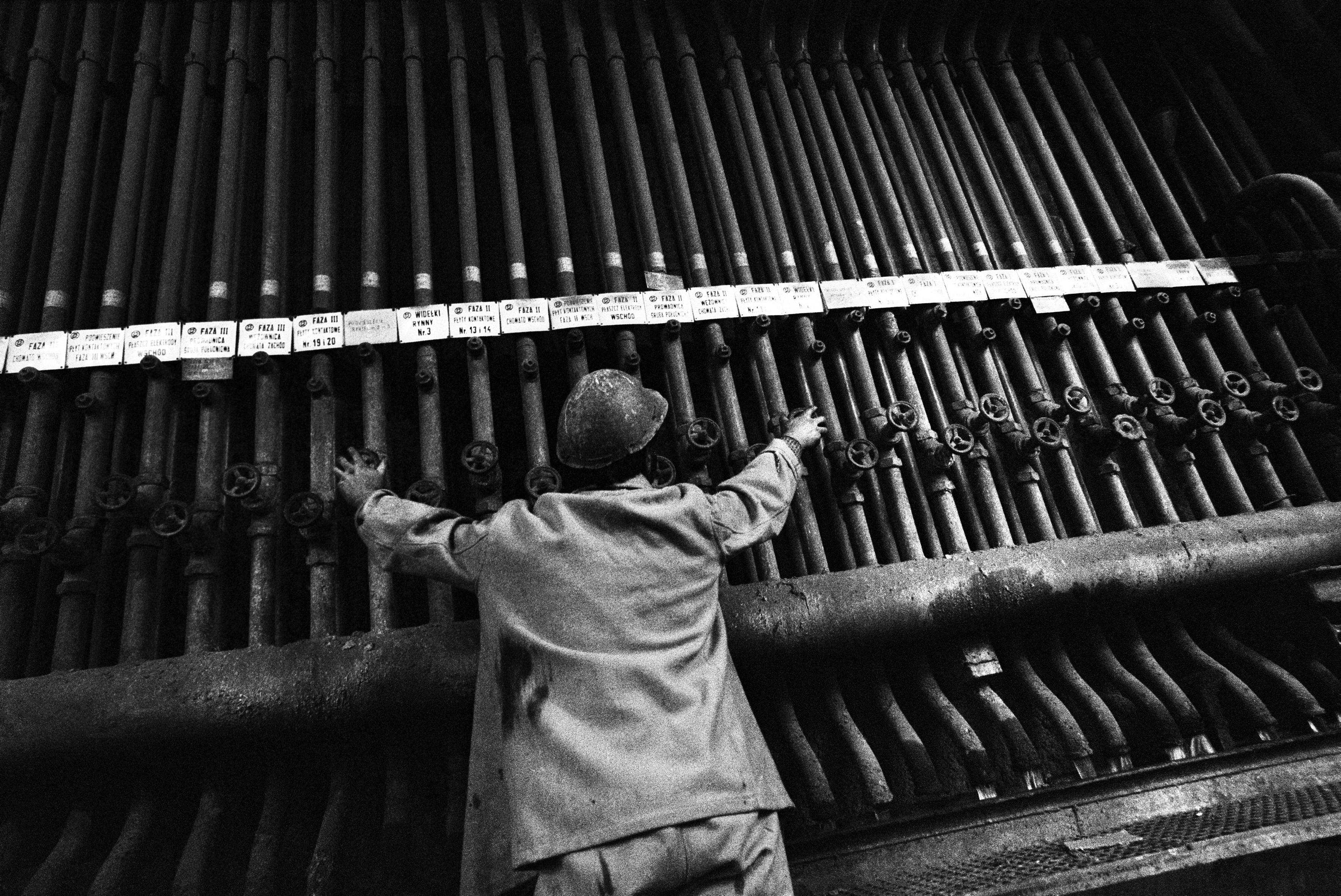 Oświęcim, 04.1976. Zakłady Chemiczne Oświęcim, oddział pieców karbidowych. Fot. Aleksander Jałosiński/FORUM