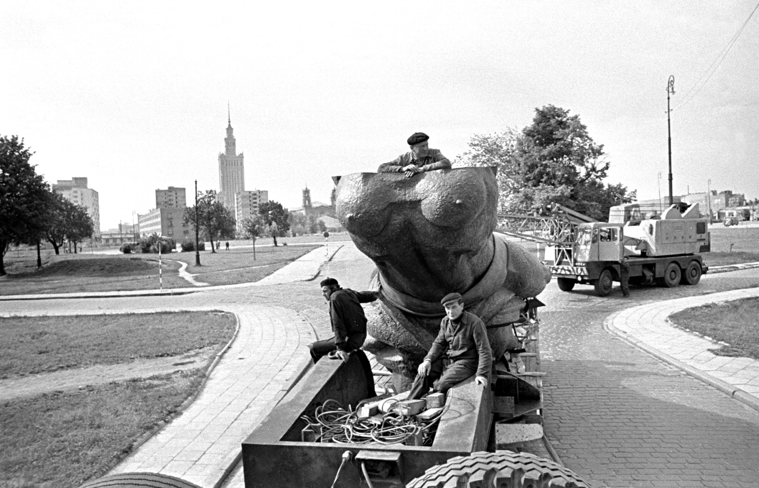 Warszawa 07.1964 r. Transport pomnika Nike. Fot. Aleksander Jałosiński/FORUM