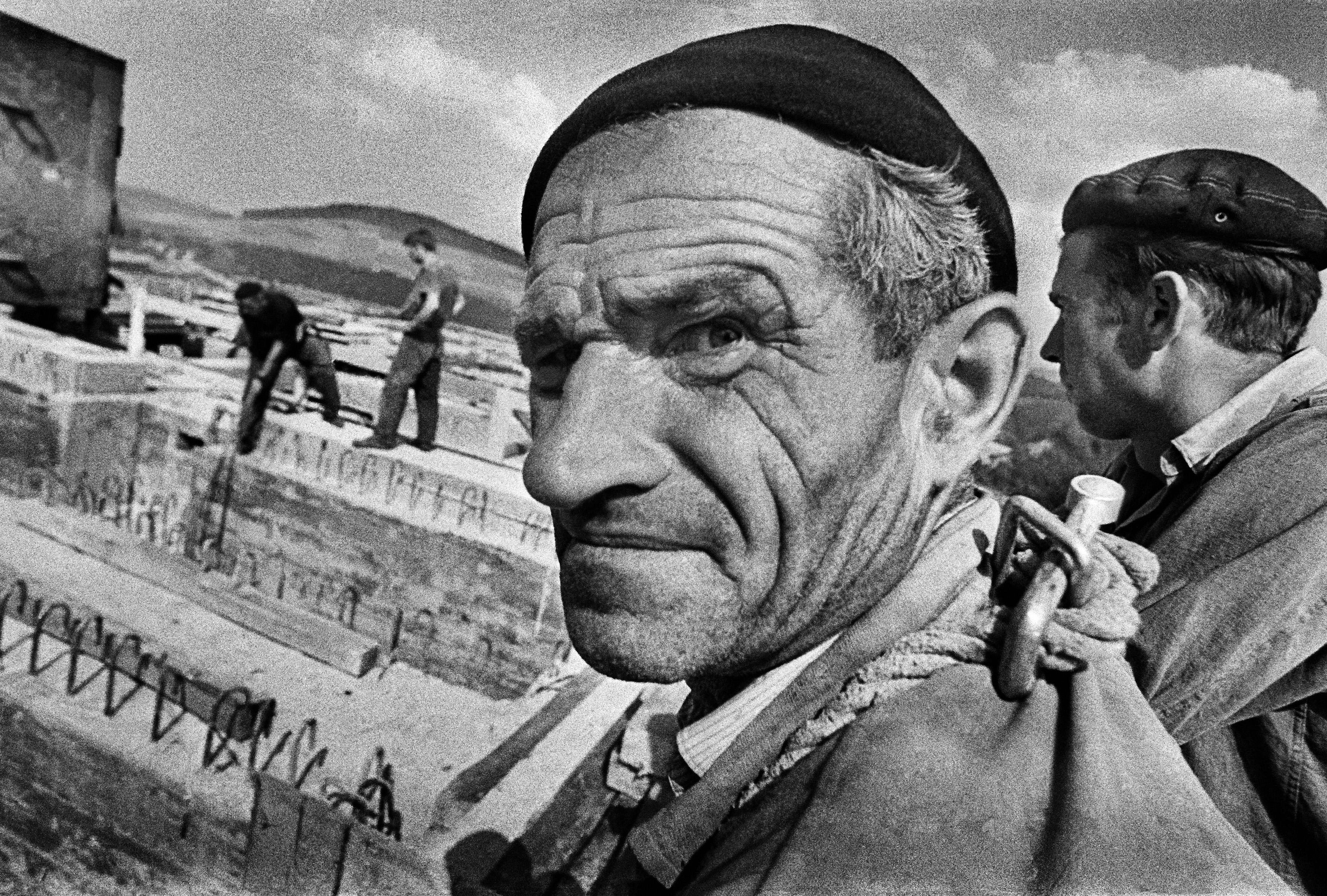 Solina, 09.1967. Budowa zapory na Sanie, n/z jeden z robotników. Fot. Aleksander Jałosiński / FORUM