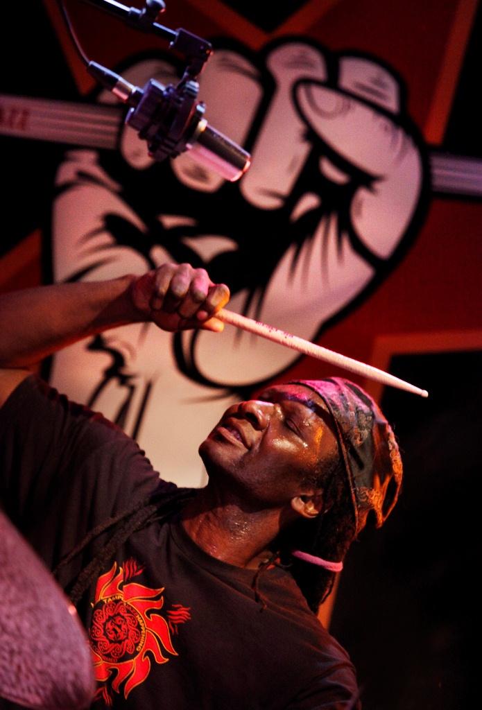 Perkusista Hamid Drake (źródło: materiały prasowe)