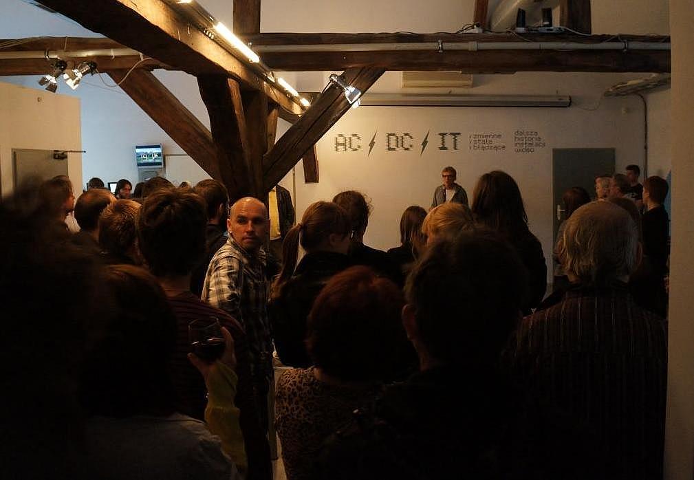 Otwarcie wystawy, w środku Serhij Petlyuk, w głębi Piotr Krajewski Zmienne-Stałe-Błądzące. AC/DC/IT, wystawa WRO Art Center, fot. WRO