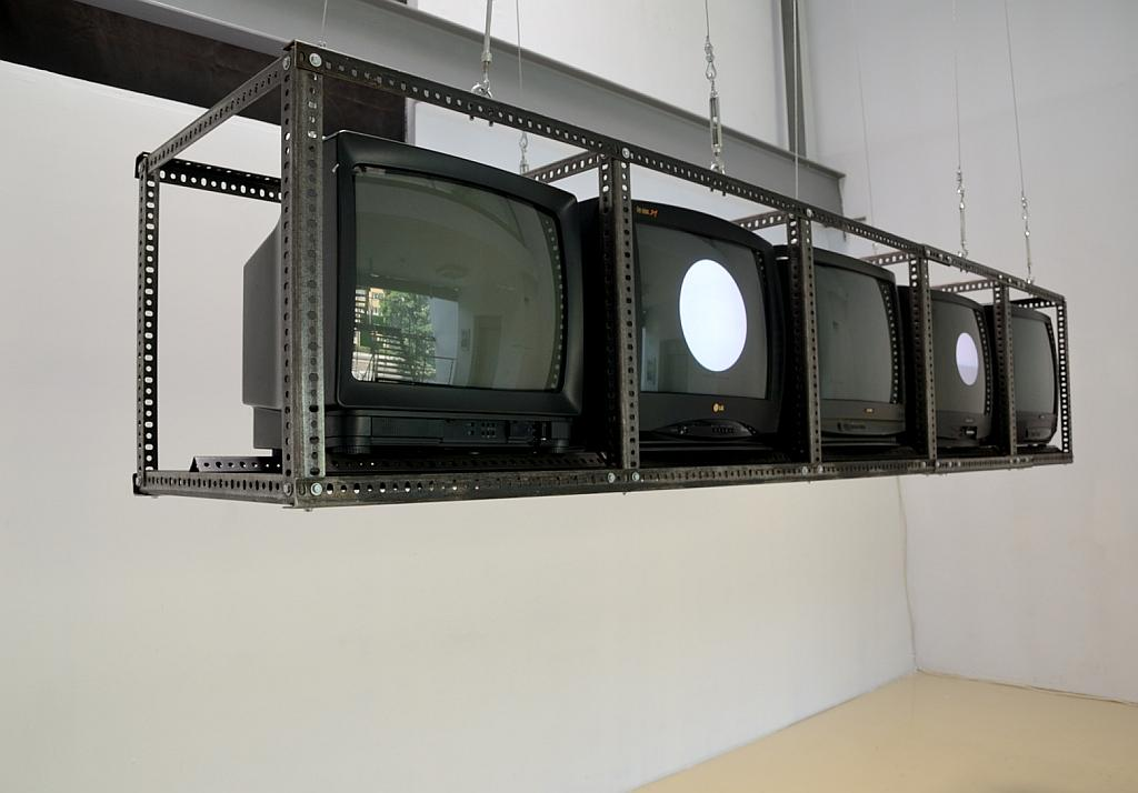 Test Five, instalacja nawiązująca do pracy Test I Józefa Robakowskiego z 1971 r. Zmienne-Stałe-Błądzące. AC/DC/IT, wystawa WRO Art Center, fot. Z. Kupisz