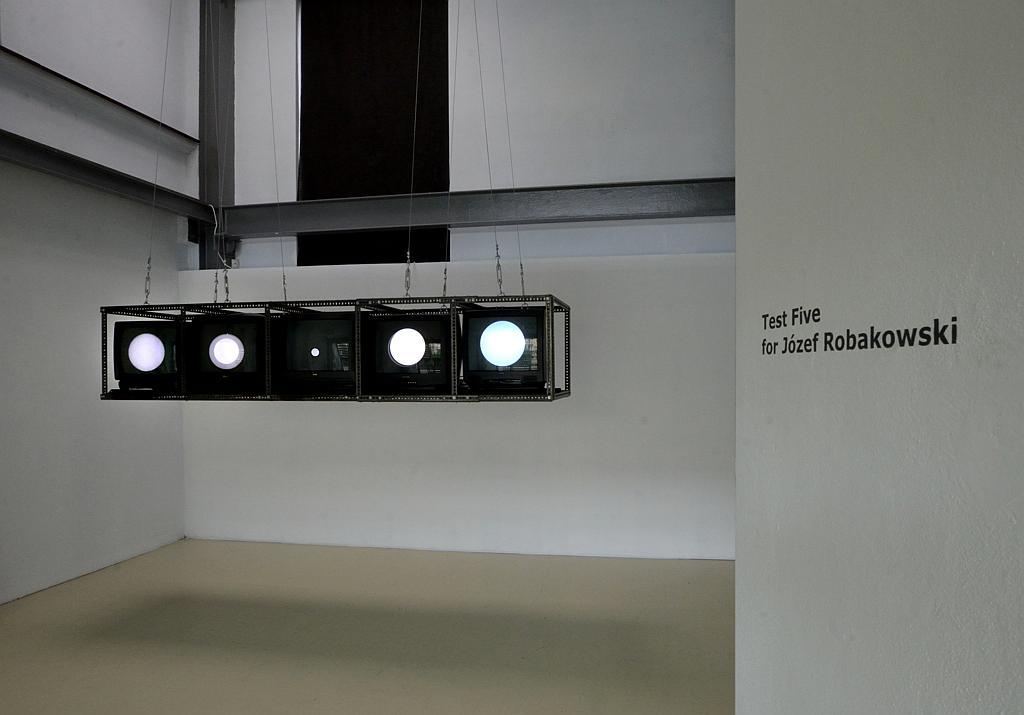 Test Five, instalacja bazująca na pracy Test I Józefa Robakowskiego z 1971 r. Zmienne-Stałe-Błądzące. AC/DC/IT, wystawa WRO Art Center, fot. Z. Kupisz