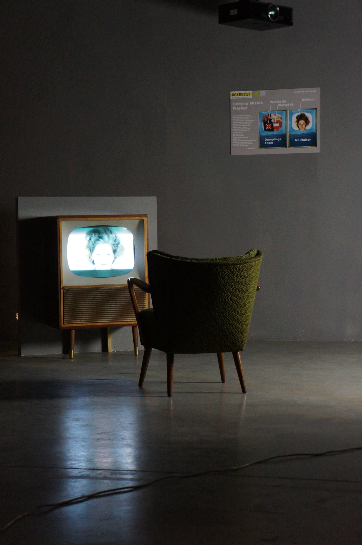 Instalacja Justyny Misiuk Pierogi https://ownetic.com/wydarzenia/wp-content/uploads/2011/12. Zmienne-Stałe-Błądzące. AC/DC/IT, wystawa WRO Art Center, fot. WRO