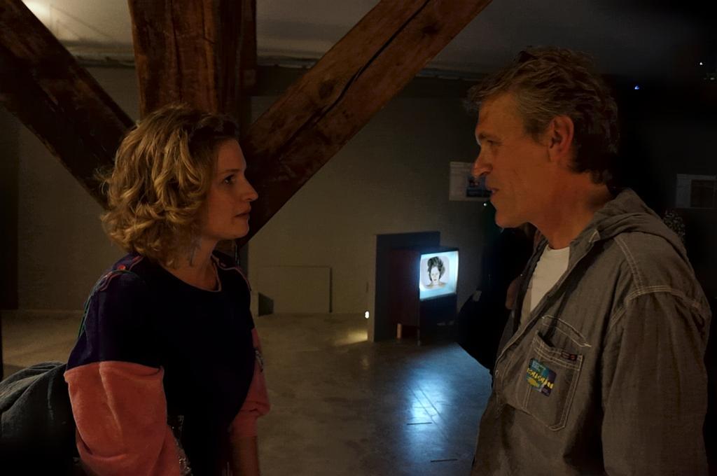 Justyna Misiuk i Piotr Krajewski, w tle instalacja Justyny Misiuk Pierogi https://ownetic.com/wydarzenia/wp-content/uploads/2011/12. Zmienne-Stałe-Błądzące. AC/DC/IT, wystawa WRO Art Center, fot. WRO