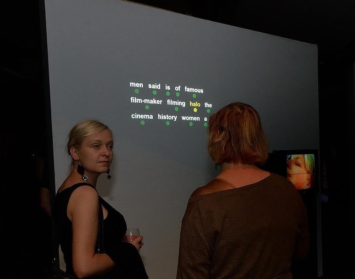 Janet Merewether, Cheap Blonde, 1998. Zmienne-Stałe-Błądzące. AC/DC/IT, wystawa WRO Art Center, fot, Z. Kupisz