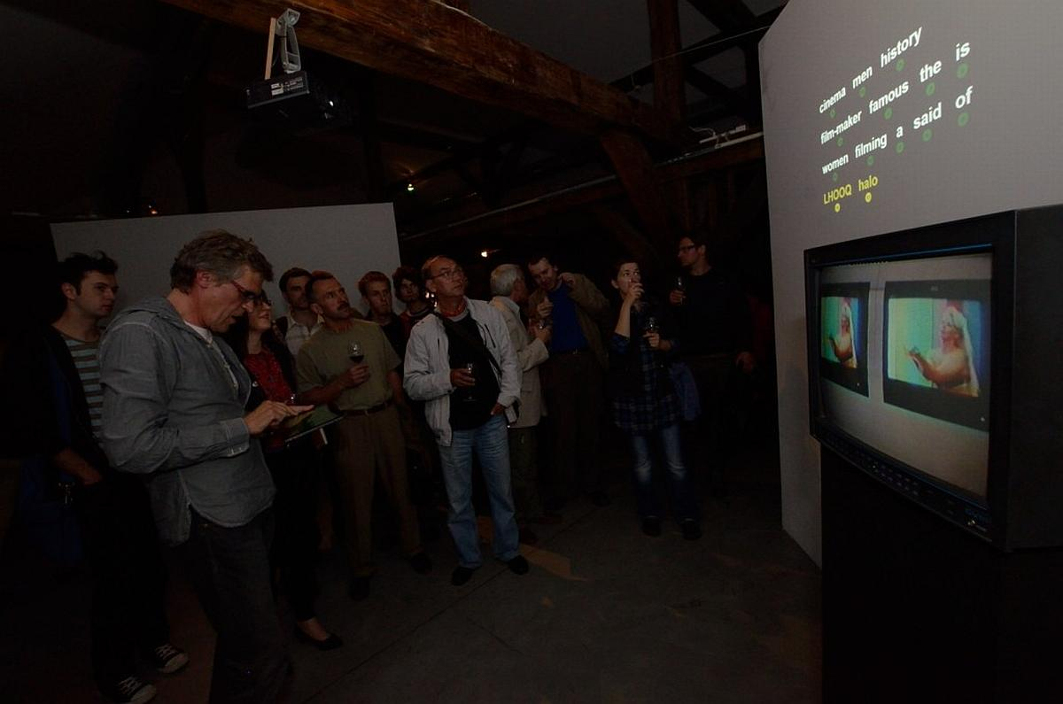 Oprowadzanie kuratorskie - Piotr Krajewski prezentuje instalację inspirowaną wideo Janet Merewether Cheap Blonde, 1998. Zmienne-Stałe-Błądzące. AC/DC/IT, wystawa WRO Art Center, fot, Z. Kupisz