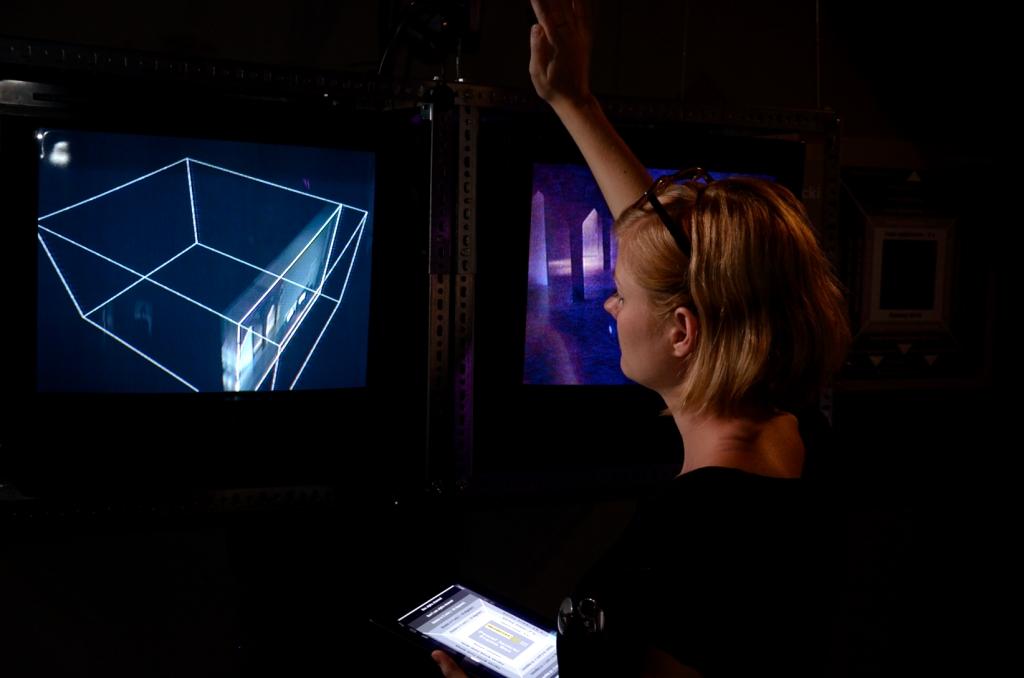 Małgorzata Gawlik steruje instalacją Pawła Janickiego Frame Box, 2012 Zmienne-Stałe-Błądzące. AC/DC/IT, wystawa WRO Art Center, fot. Z. Kupisz