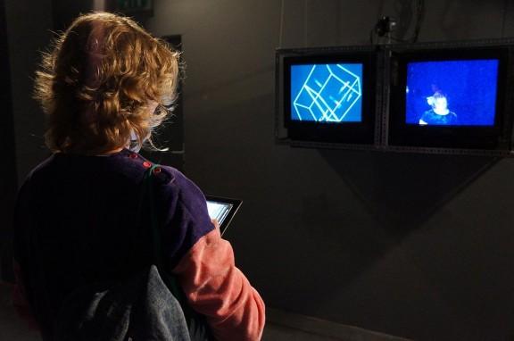 Justyna Misiuk steruje instalacją Frame Box. Zmienne-Stałe-Błądzące. AC/DC/IT, wystawa WRO Art Center, fot. WRO