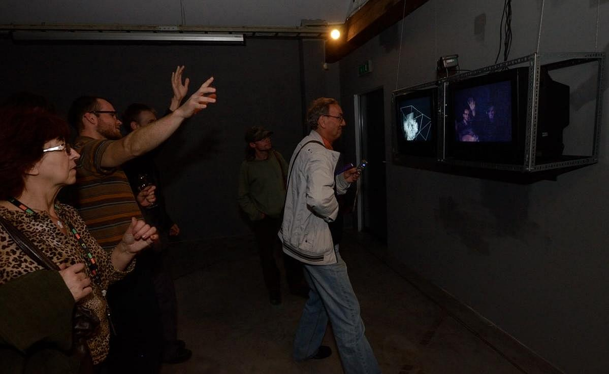 Widzowie przy instalacji Pawła Janickiego Frame Box, 2012. Zmienne-Stałe-Błądzące. AC/DC/IT, wystawa WRO Art Center, fot. Z. Kupisz