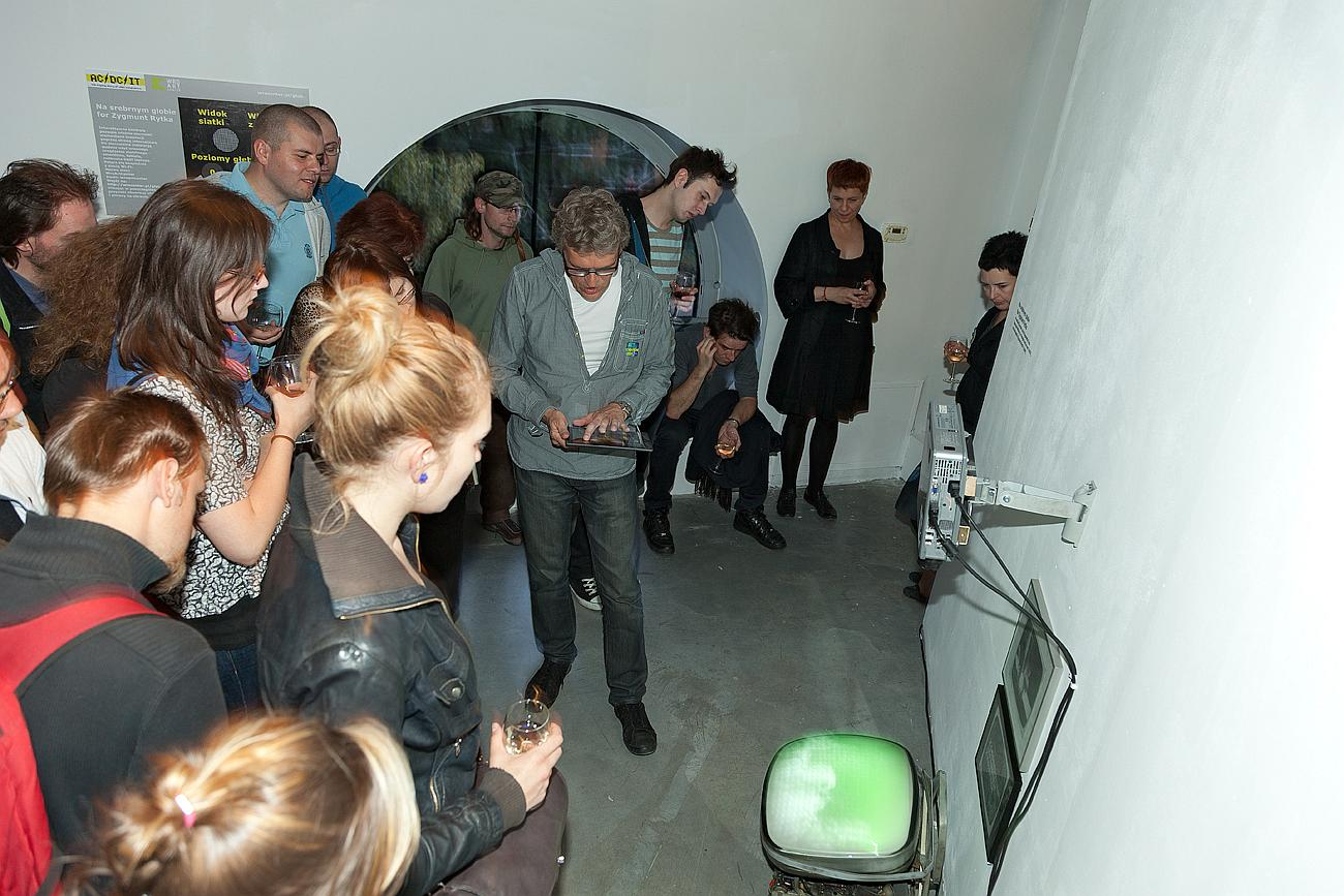 Oprowadzanie kuratorskie - Piotr Krajewski prezentuje działanie instalacji Na srebrnym globie, for Zygmunt Rytka. Zmienne-Stałe-Błądzące. AC/DC/IT, wystawa WRO Art Center, fot. Paweł Kamiński