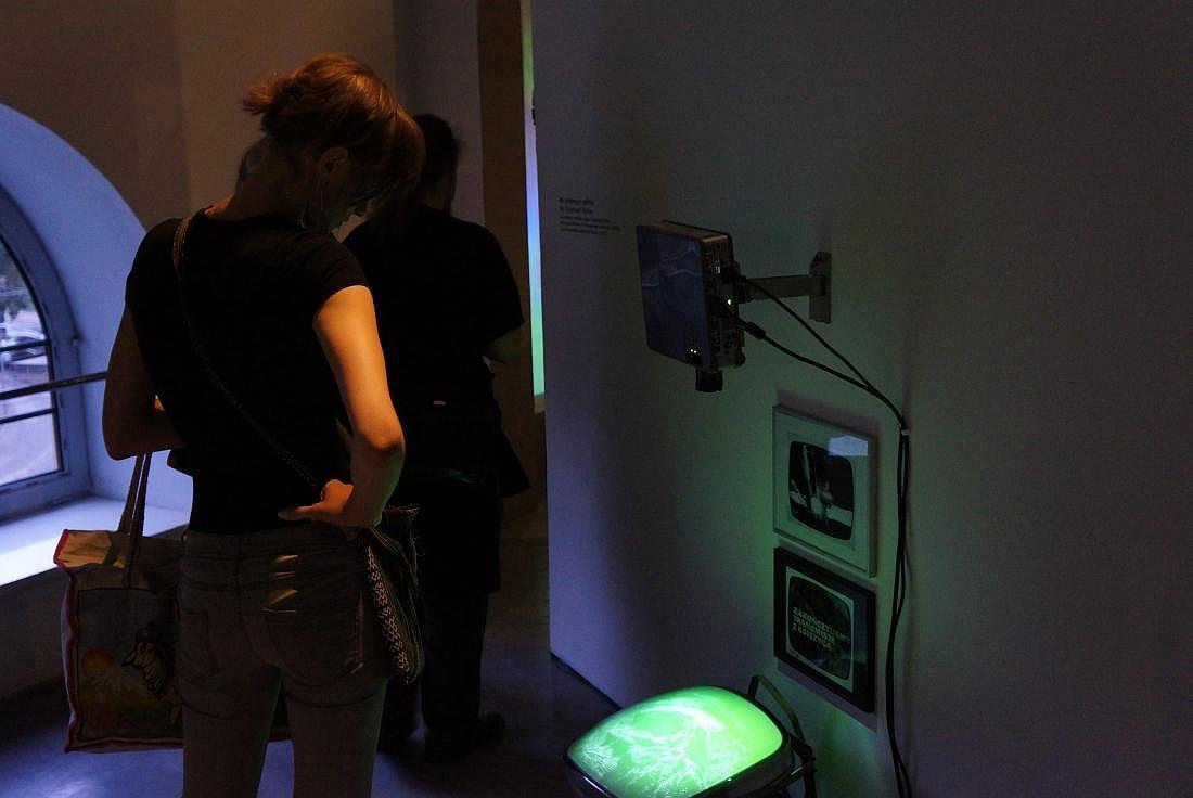 Instalacja Na srebrnym globie (dla Zygmunta Rytki) W instalacji zostały użyte fragmenty filmu Georgesa Mélièsa Le Voyage dans la lune (1902) oraz fotografie Zygmunta Rytki (1969). Zmienne-Stałe-Błądzące. AC/DC/IT, wystawa WRO Art Center, fot. WRO